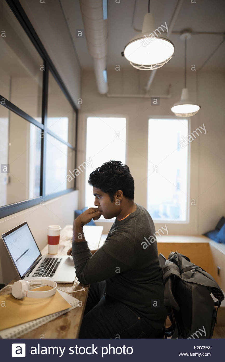 Centrado en el trabajo del diseñador masculino en la oficina portátil Imagen De Stock