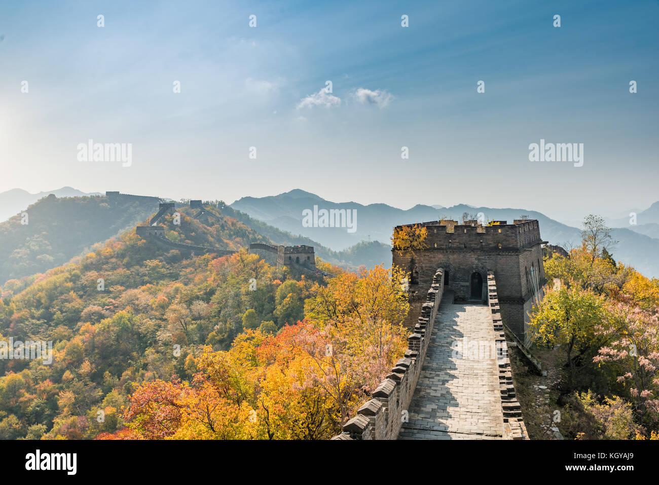 La gran muralla china vista lejana torres comprimido y segmentos de pared temporada de otoño en las montañas Imagen De Stock
