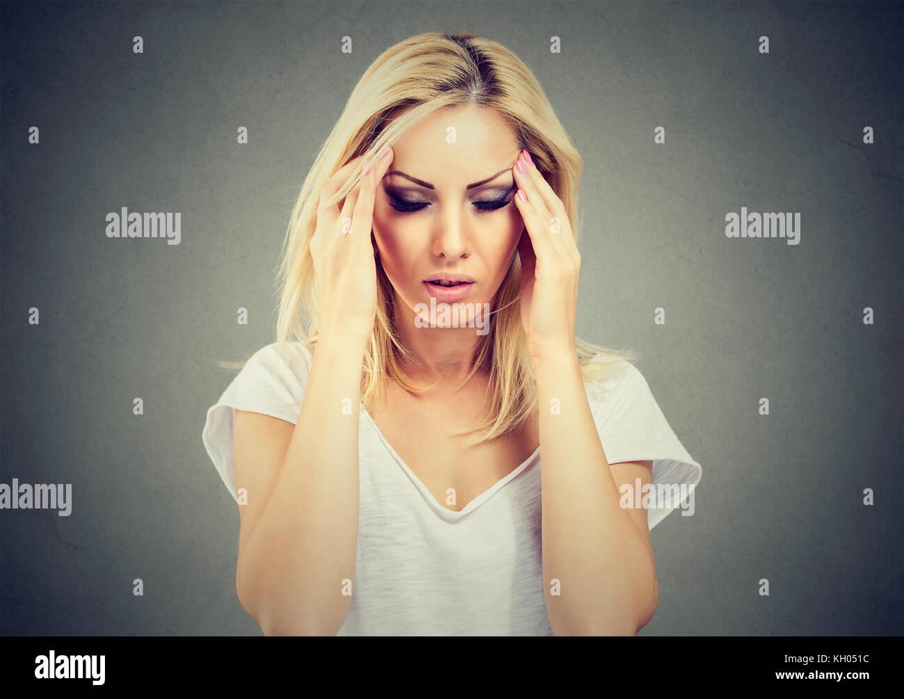 Closeup retrato triste joven mujer hermosa con destacó expresión de cara mirando hacia abajo Imagen De Stock