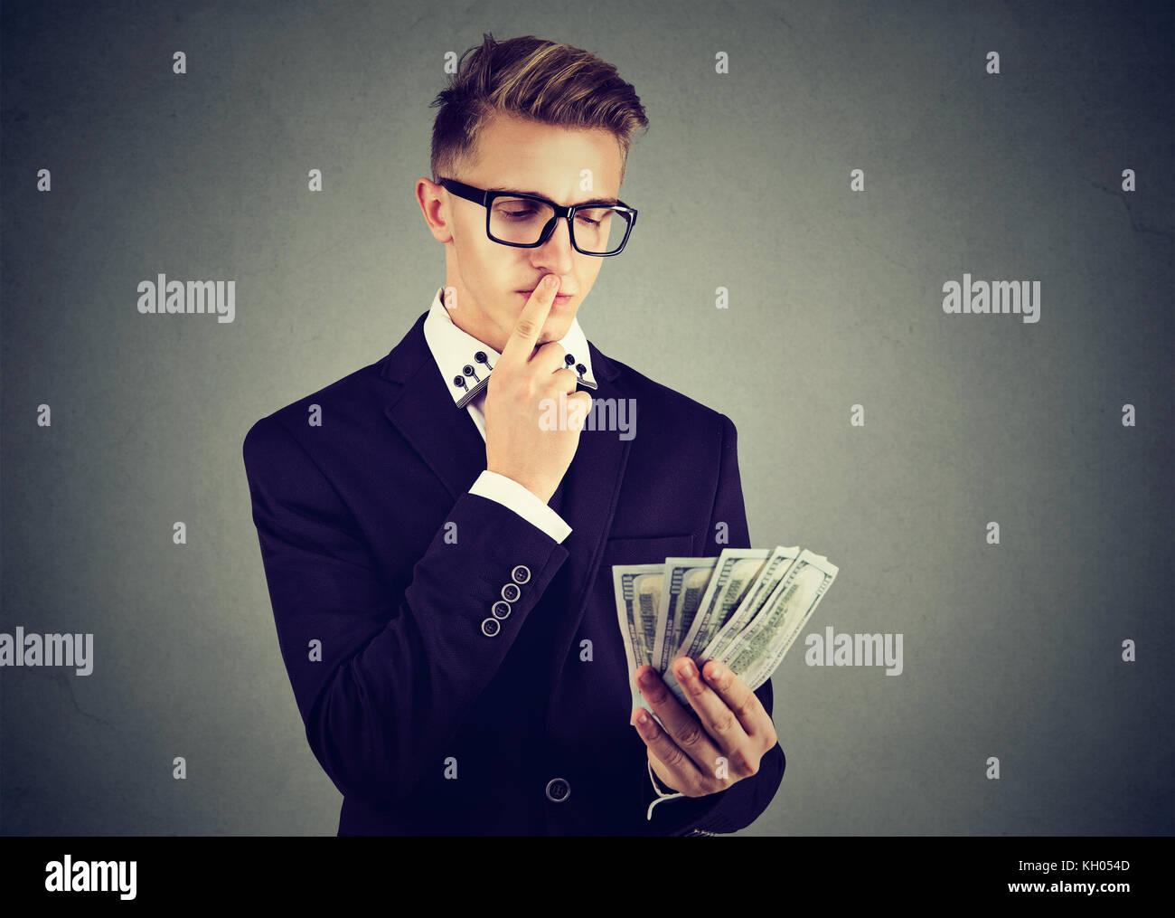 El hombre de negocios joven ambicioso con dinero Imagen De Stock