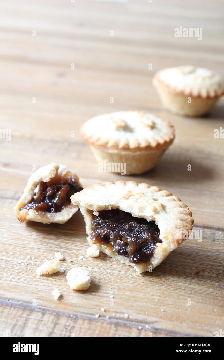 Selección de varios pasteles de carne picada, algunos roto o parcialmente comido. Un tradicional postre navideños Imagen De Stock
