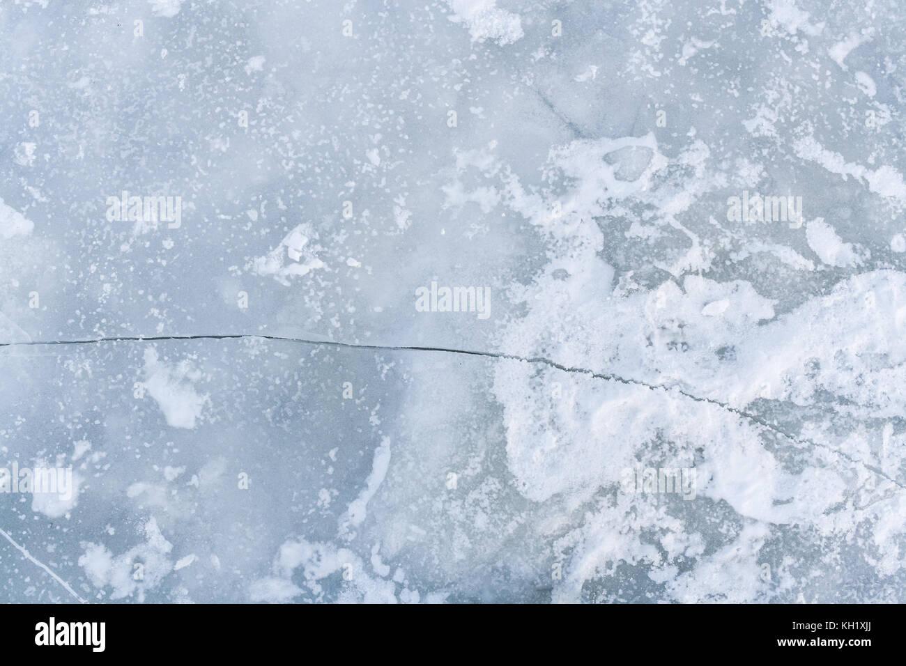 La grieta en el hielo de la superficie del río. Foto de stock