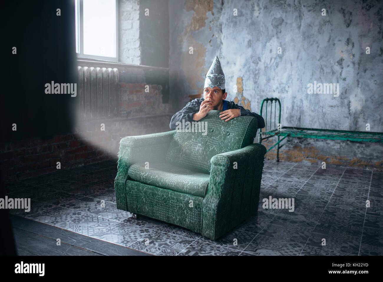Miedo al hombre en la tapa de aluminio ver TV OVNI Foto de stock