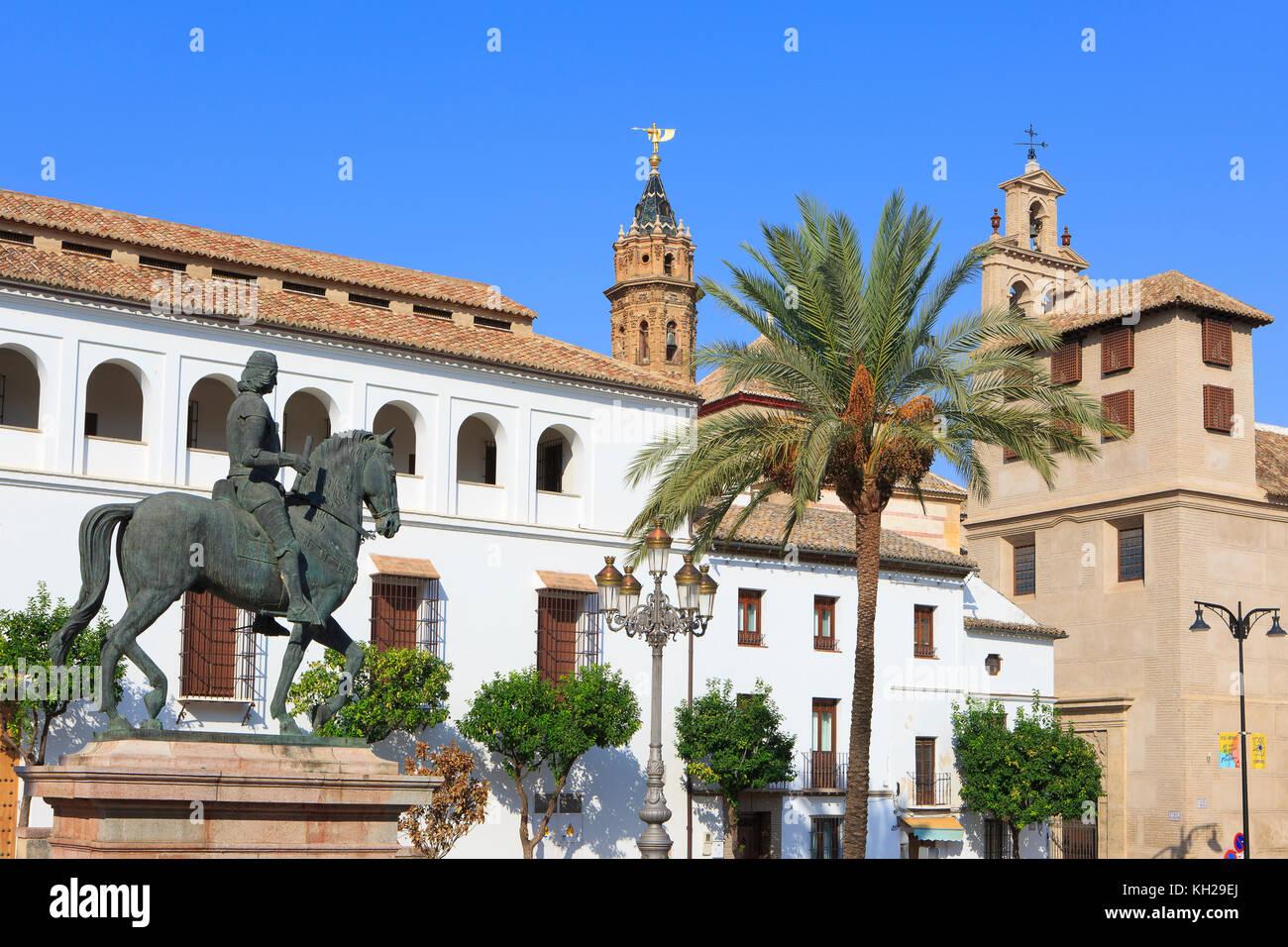 La estatua ecuestre del rey Fernando I de Aragón fuera del Museo Municipal de Antequera (Museo de la ciudad Imagen De Stock