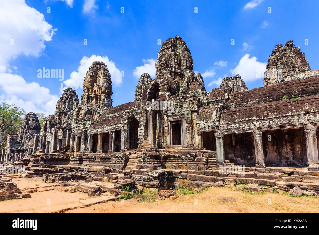 Angkor, en Camboya. La galería interior del templo Bayon. Imagen De Stock