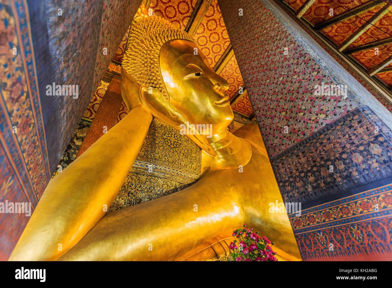 Bangkok, Tailandia. Buda reclinado, estatua de oro en el templo Wat Pho. Imagen De Stock