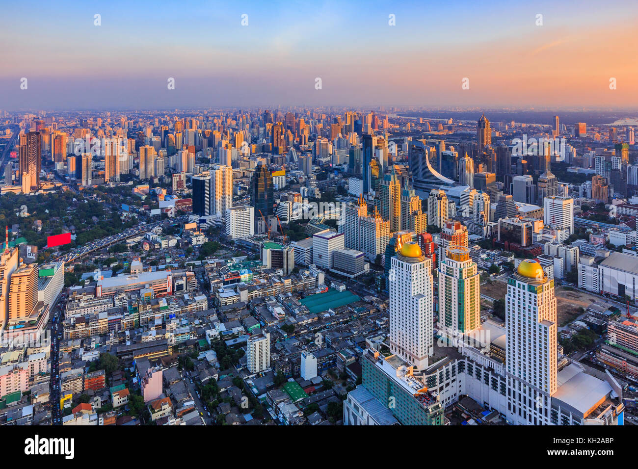 Bangkok, Tailandia. El horizonte de la ciudad al atardecer. Imagen De Stock