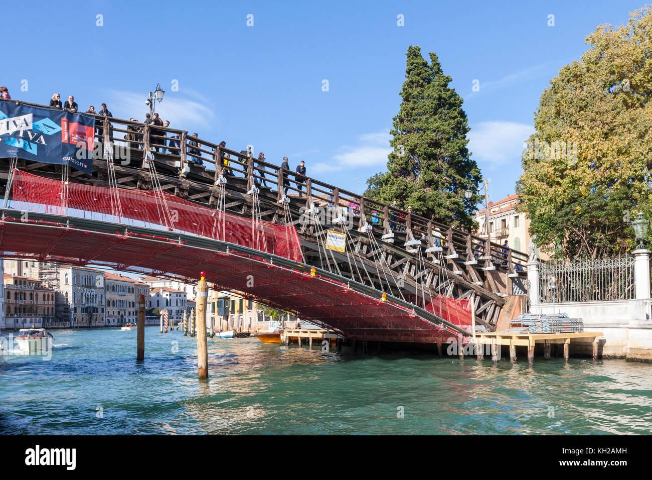 Los trabajos de restauración que se están llevando a cabo en el puente de la Accademia, el Gran Canal de Venecia, Véneto, Italia financiado por la empresa de anteojos Luxottica Foto de stock