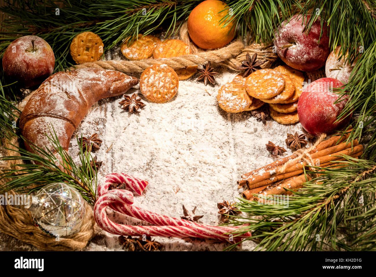 Navidad bodegón con dulces y frutas bajo el árbol de Navidad Imagen De Stock