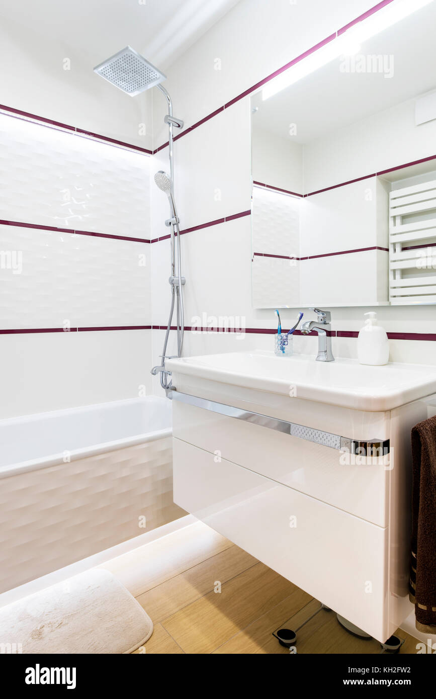Cuarto de baño moderno, elegante diseño interior en acabado blanco ...