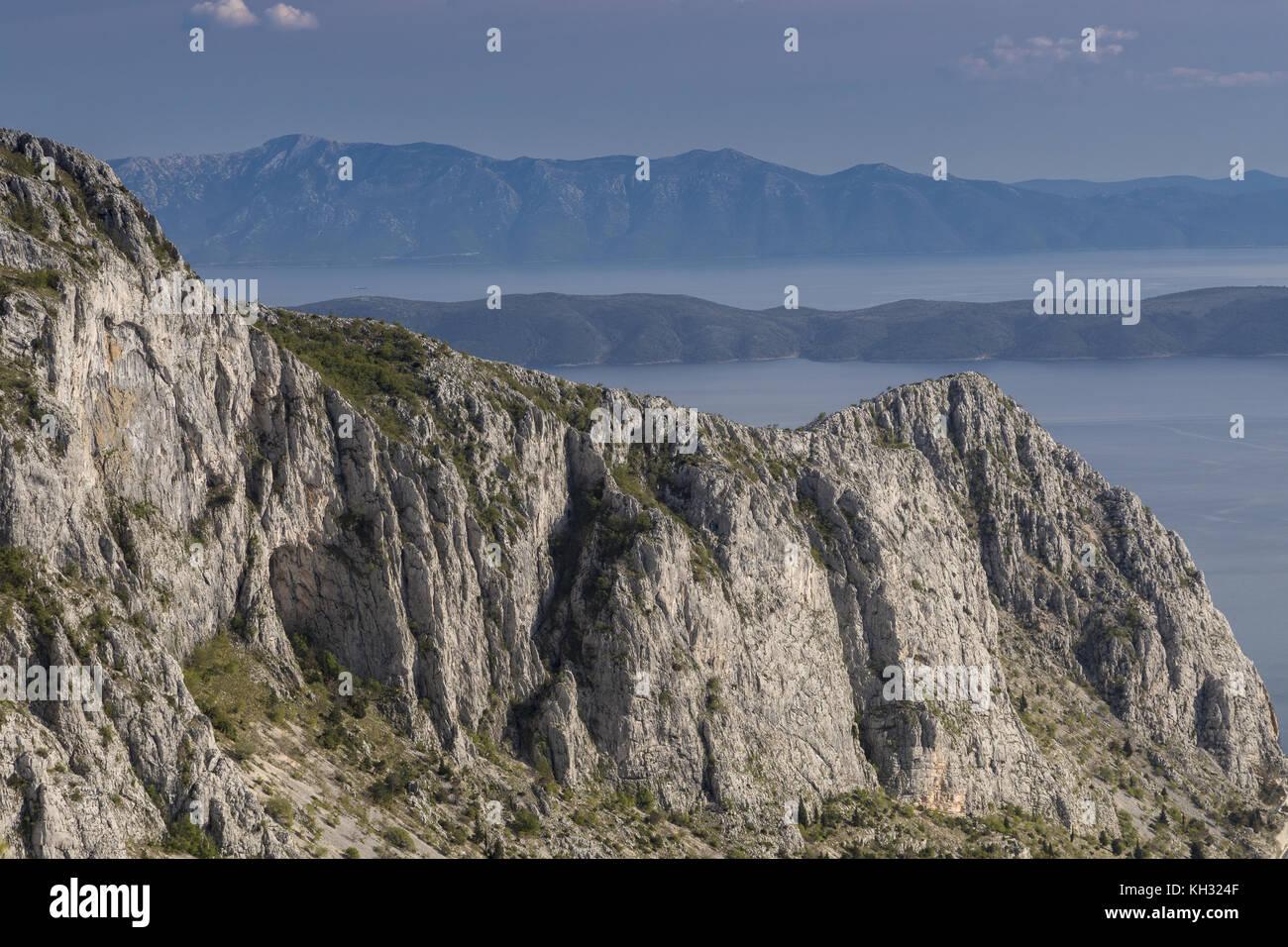 d59e5e5c3 Mirando a través de las faldas del monte Biokovo, hacia la costa ...