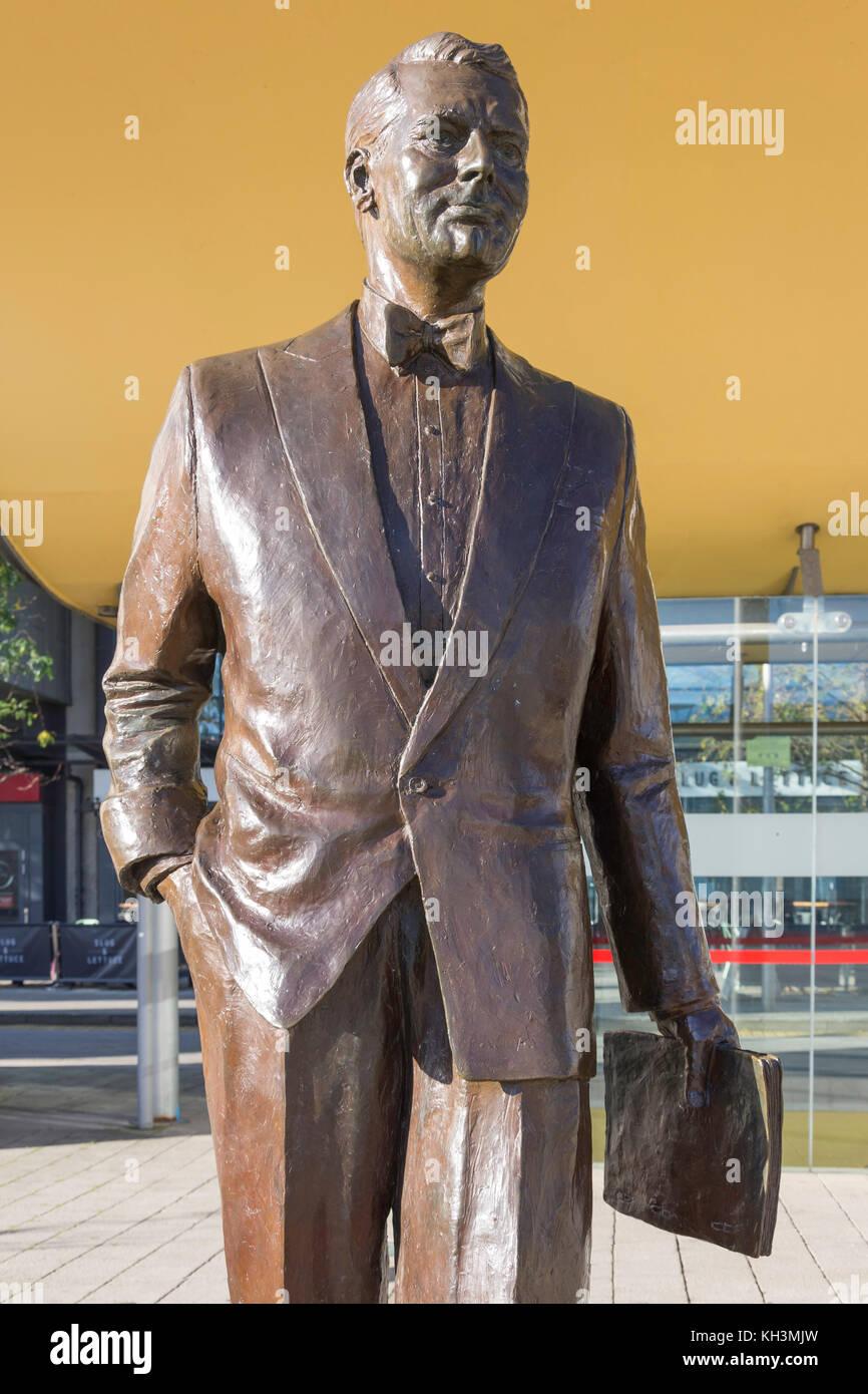 Cary Grant (el actor nacido en Bristol) estatua en bronce en la plaza del Milenio, Harborside, Bristol, Inglaterra, Imagen De Stock