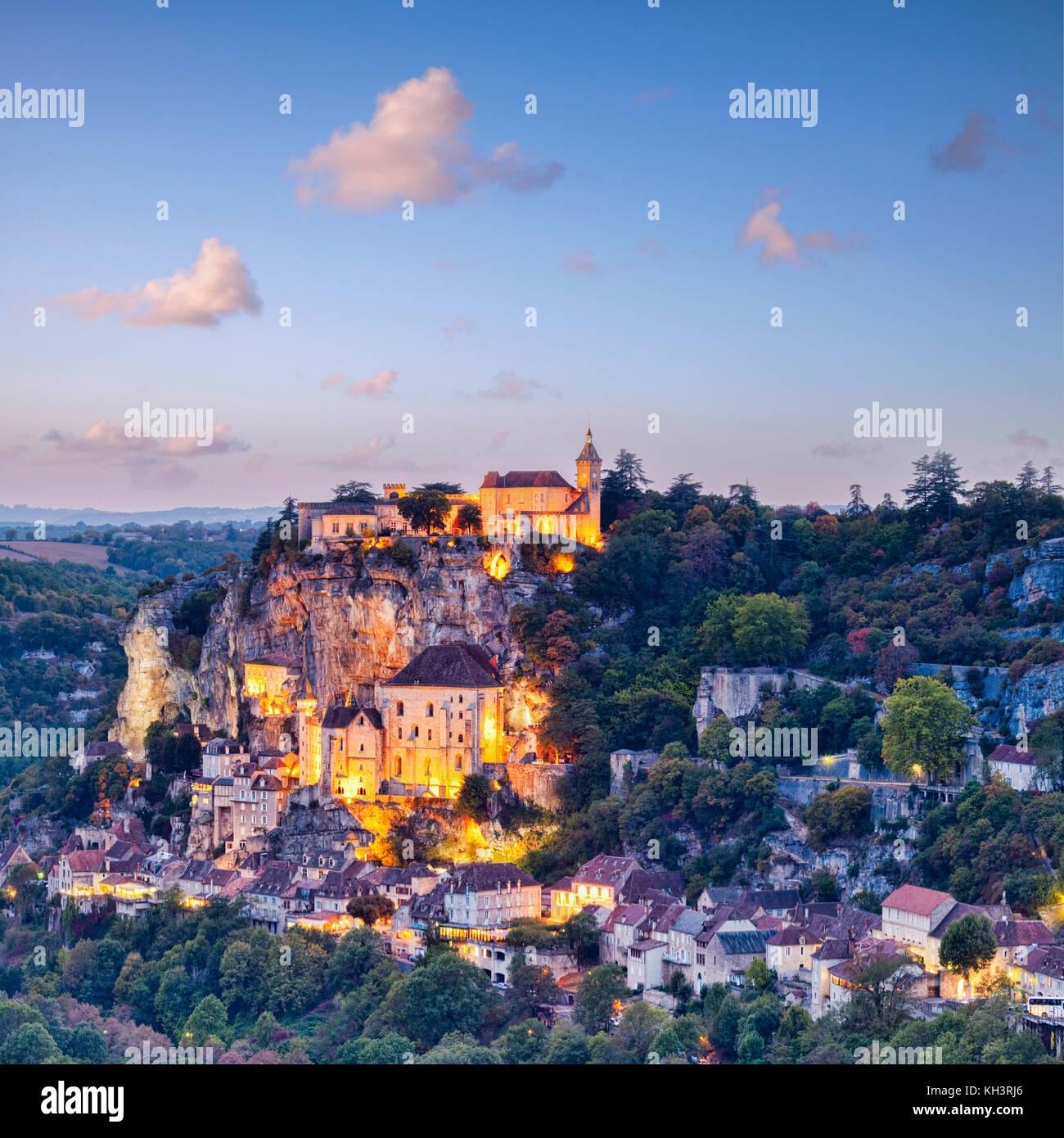 Crepúsculo en la ciudad medieval de Rocamadour, en el valle del Dordoña, midi-Pirineos, Francia. Imagen De Stock