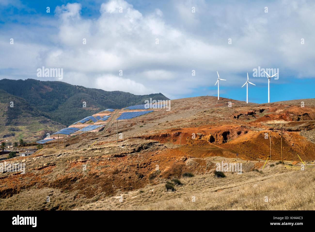 Energía verde - paneles solares y las turbinas eólicas instaladas en la ladera de una colina de Canical Imagen De Stock