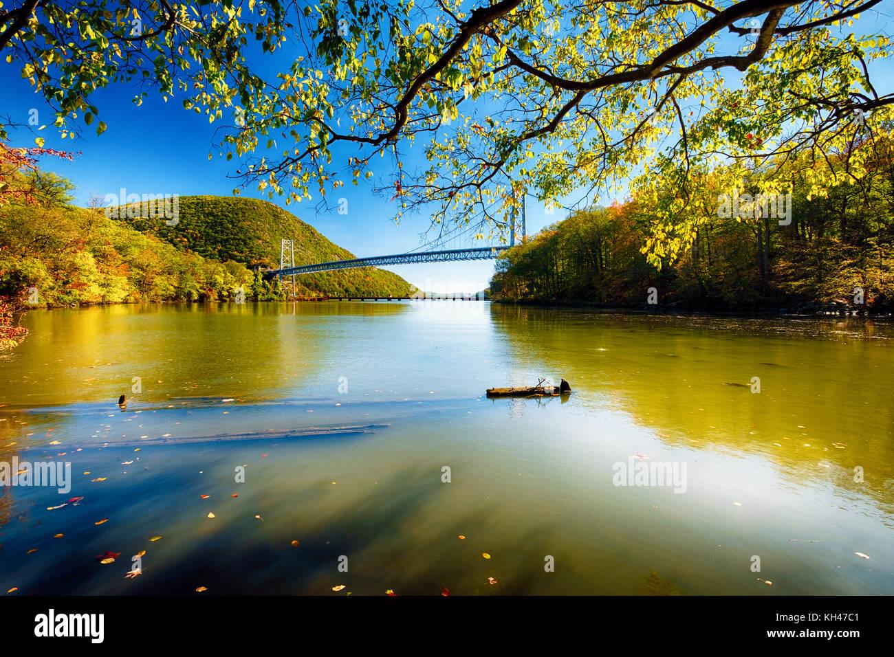 Ángulo de visión baja hacia el este del Bear Mountain bridge, Montgomery, Nueva York Imagen De Stock