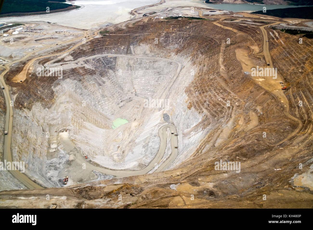 Una vista aérea de la gran mina de oro de Fort Knox, justo al norte de Fairbanks, Alaska. esta extracción de oro a cielo abierto es la operación más grande de su tipo en al. Foto de stock