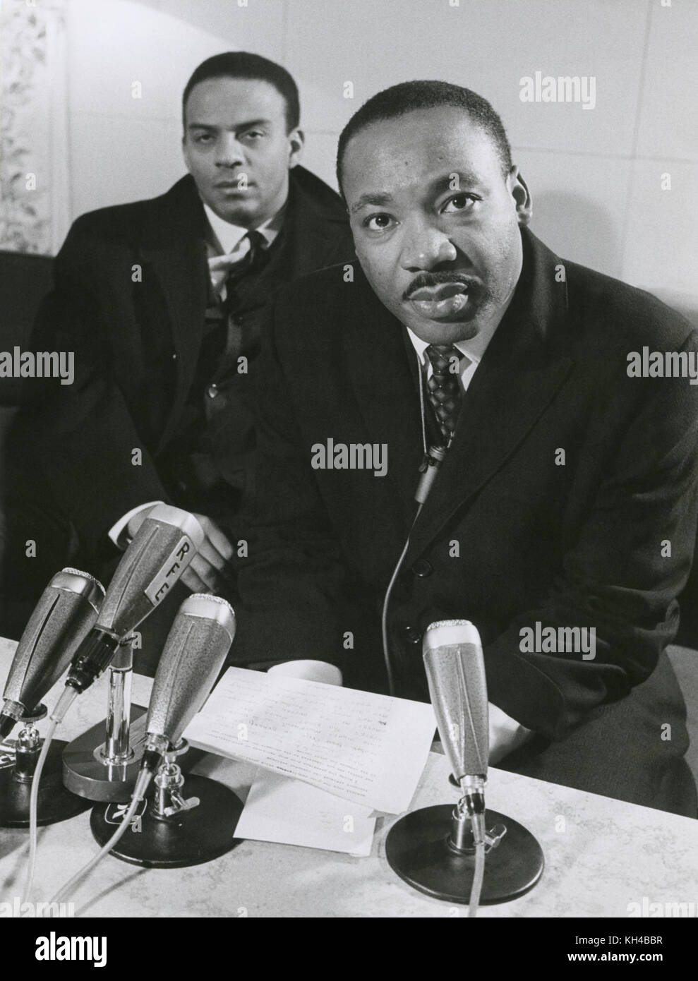 Dr. Martin Luther King, Jr. y Andrew Young durante una conferencia de prensa en el aeropuerto de Arlanda en Estocolmo, Imagen De Stock