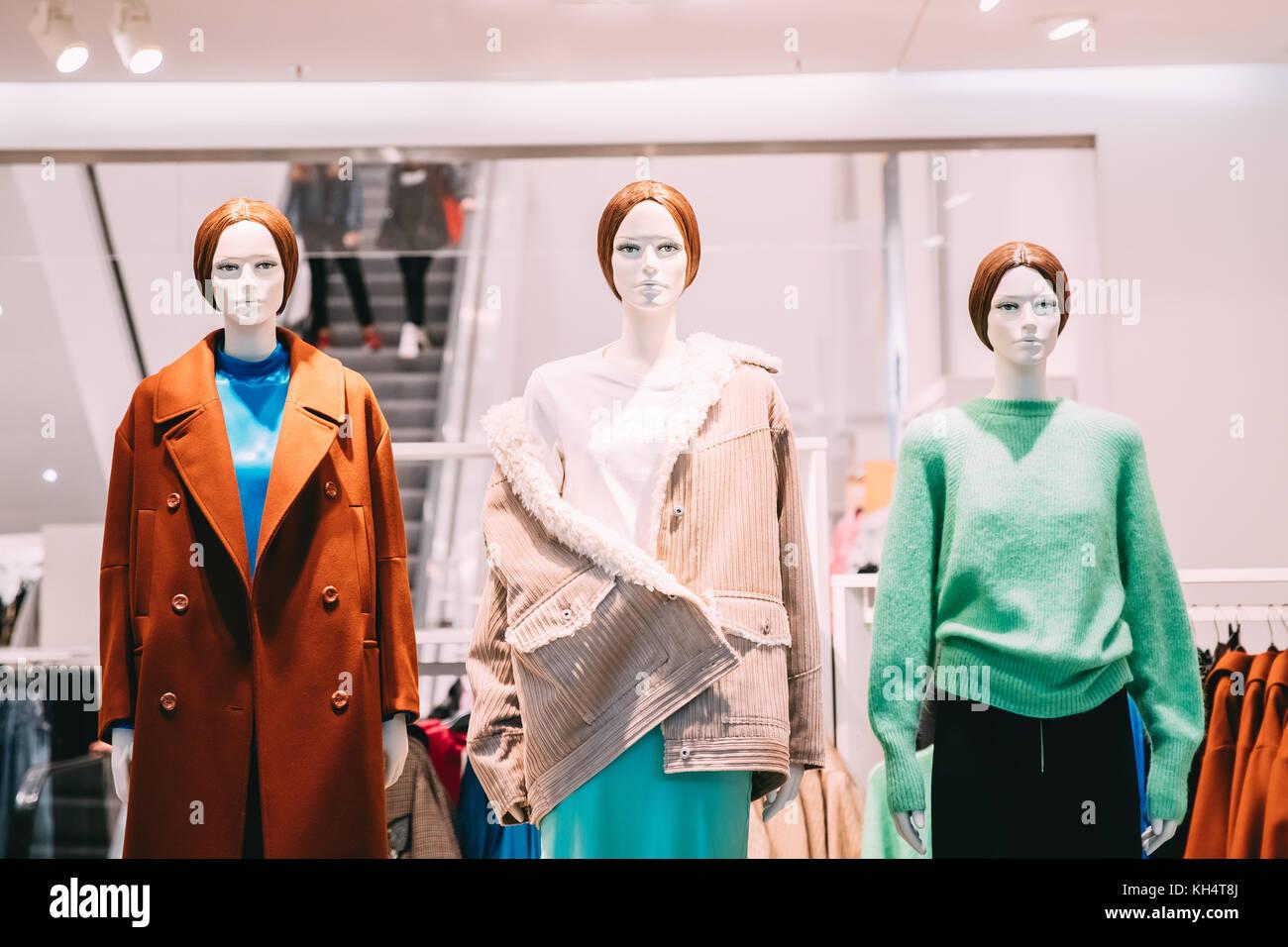56a36fbfc3 Maniquíes vestidos de mujer mujer ropa casual en la tienda del centro  comercial.
