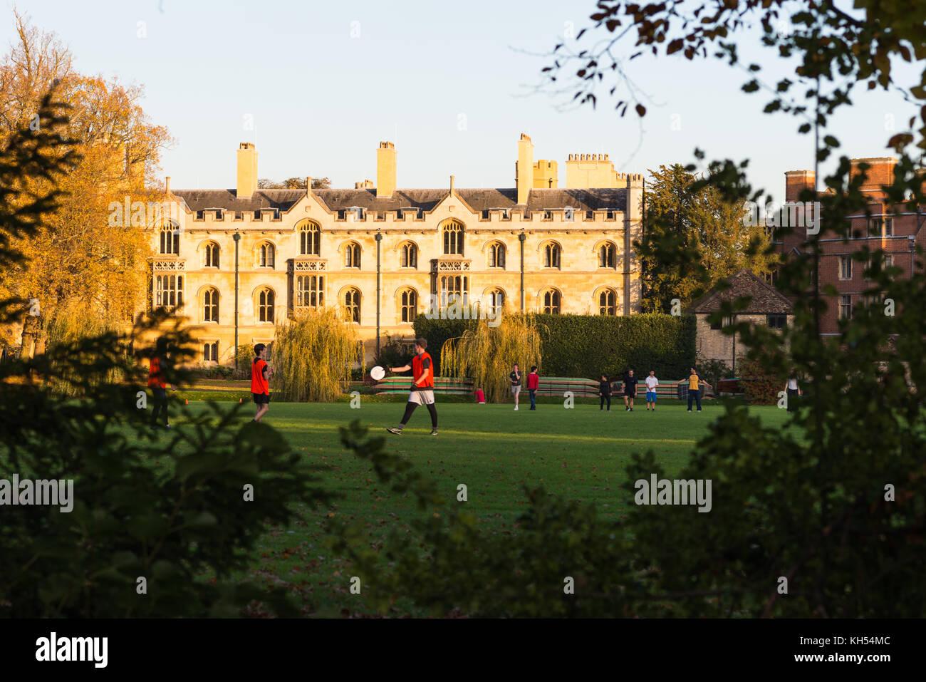 Estudiantes de Trinity College, campo de deportes. La Universidad de Cambridge, Inglaterra, Reino Unido. Imagen De Stock