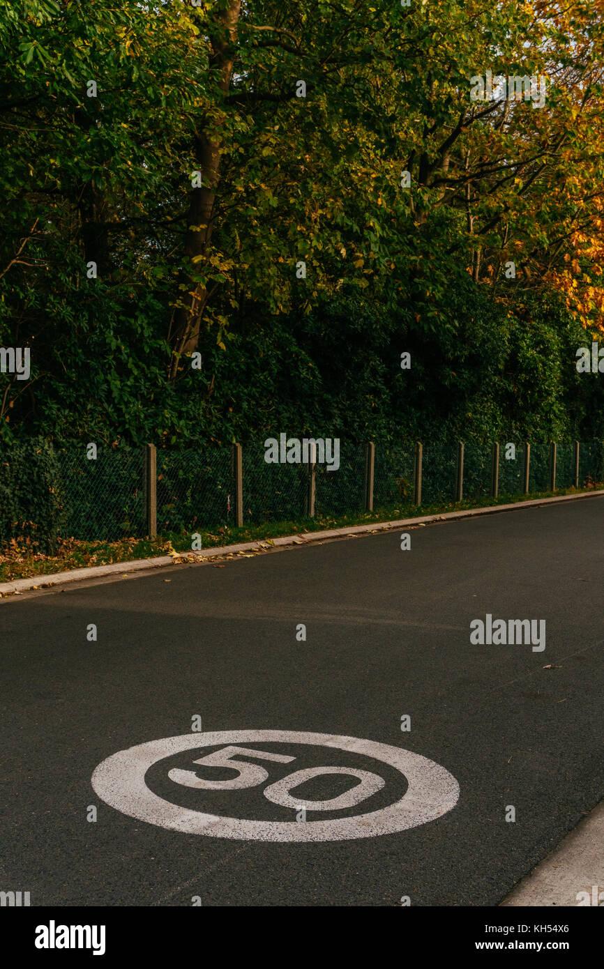 El signo en el pavimento de la limitación de velocidad. concepto de restricciones de algo Imagen De Stock