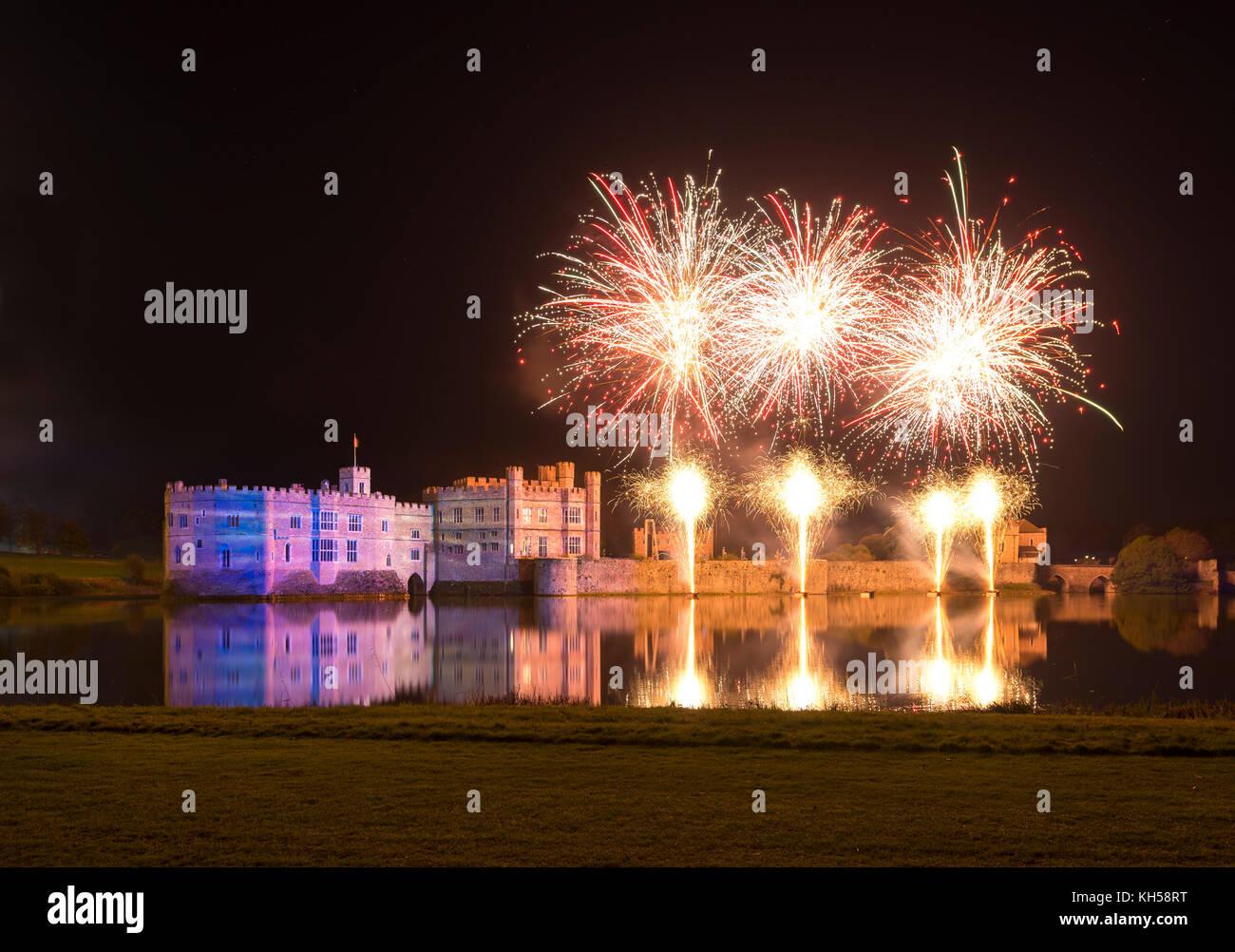 Espectáculo de luces y fuegos artificiales en el Castillo de Leeds, Kent Foto de stock