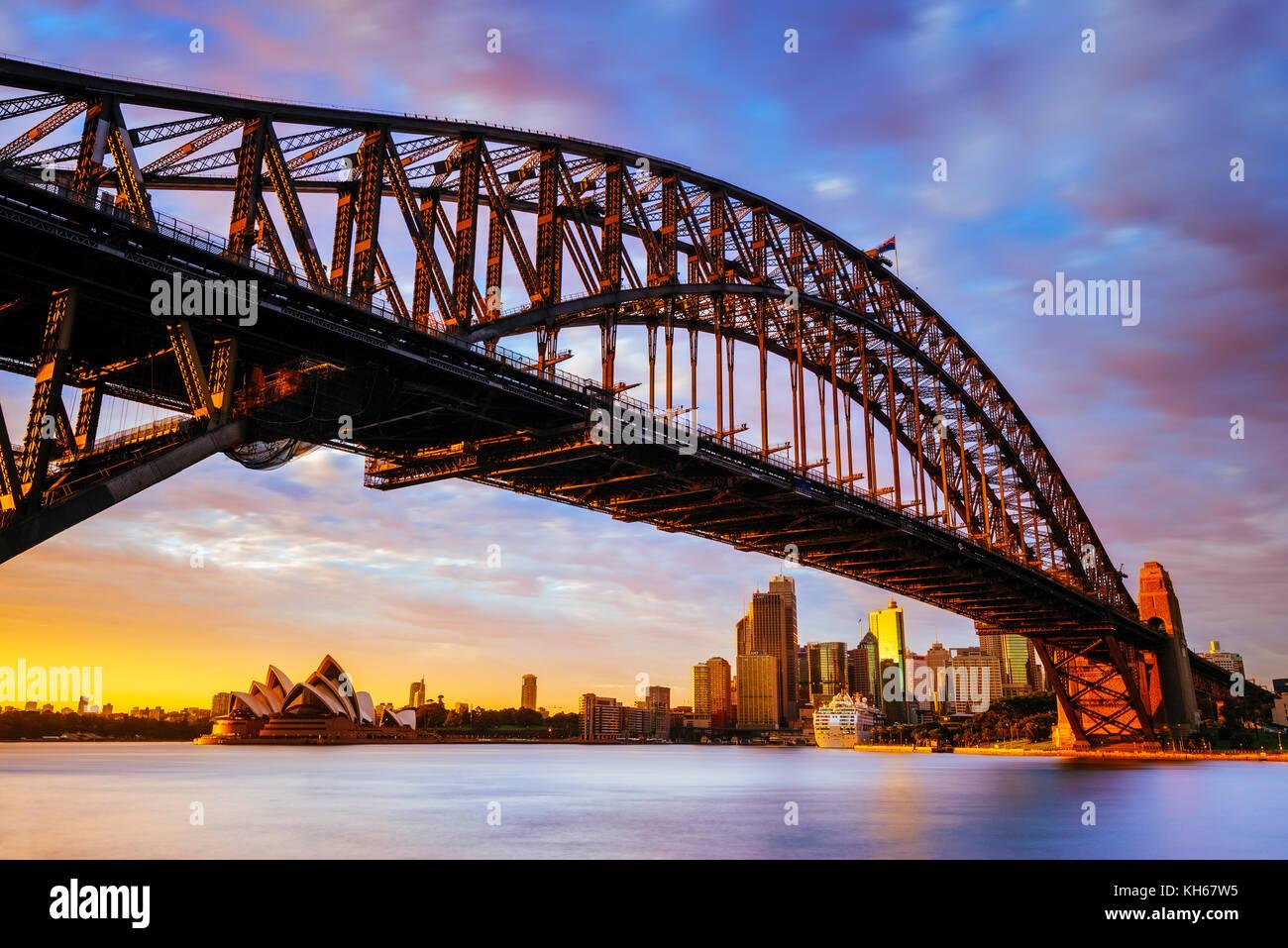 Amanecer en el Harbour Bridge y la Ópera de Sydney, Milsons Point, Sydney, New South Wales, Australia Foto de stock