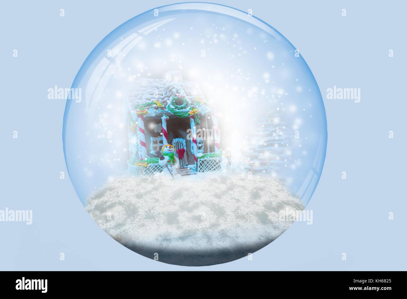 Caseras, pan de jengibre Casa de jengibre árbol de navidad y un muñeco de nieve de masilla de azúcar durante las Foto de stock
