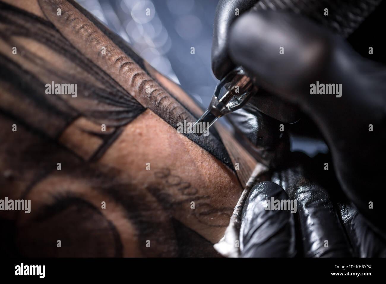 Artista hace un tatuaje profesional tatuaje Imagen De Stock