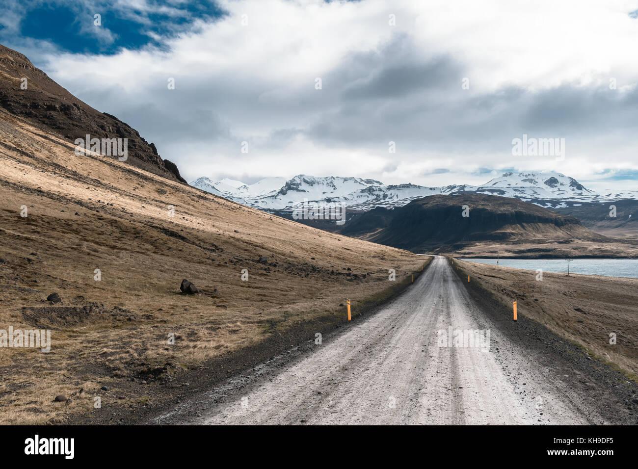 Mirando hacia abajo por una carretera de tierra en Islandia Imagen De Stock