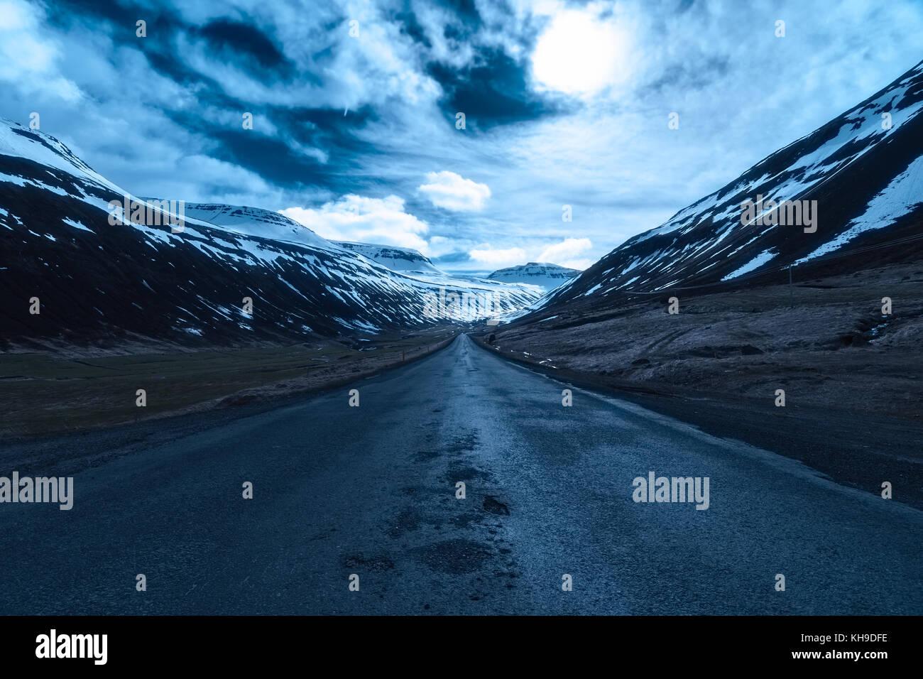 Moonlit road en Sudureyri, Westfjords, Islandia Imagen De Stock