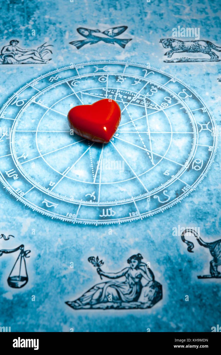 Carta Astral con los signos del zodíaco y el corazón, el amor a la astrología concepto Foto de stock