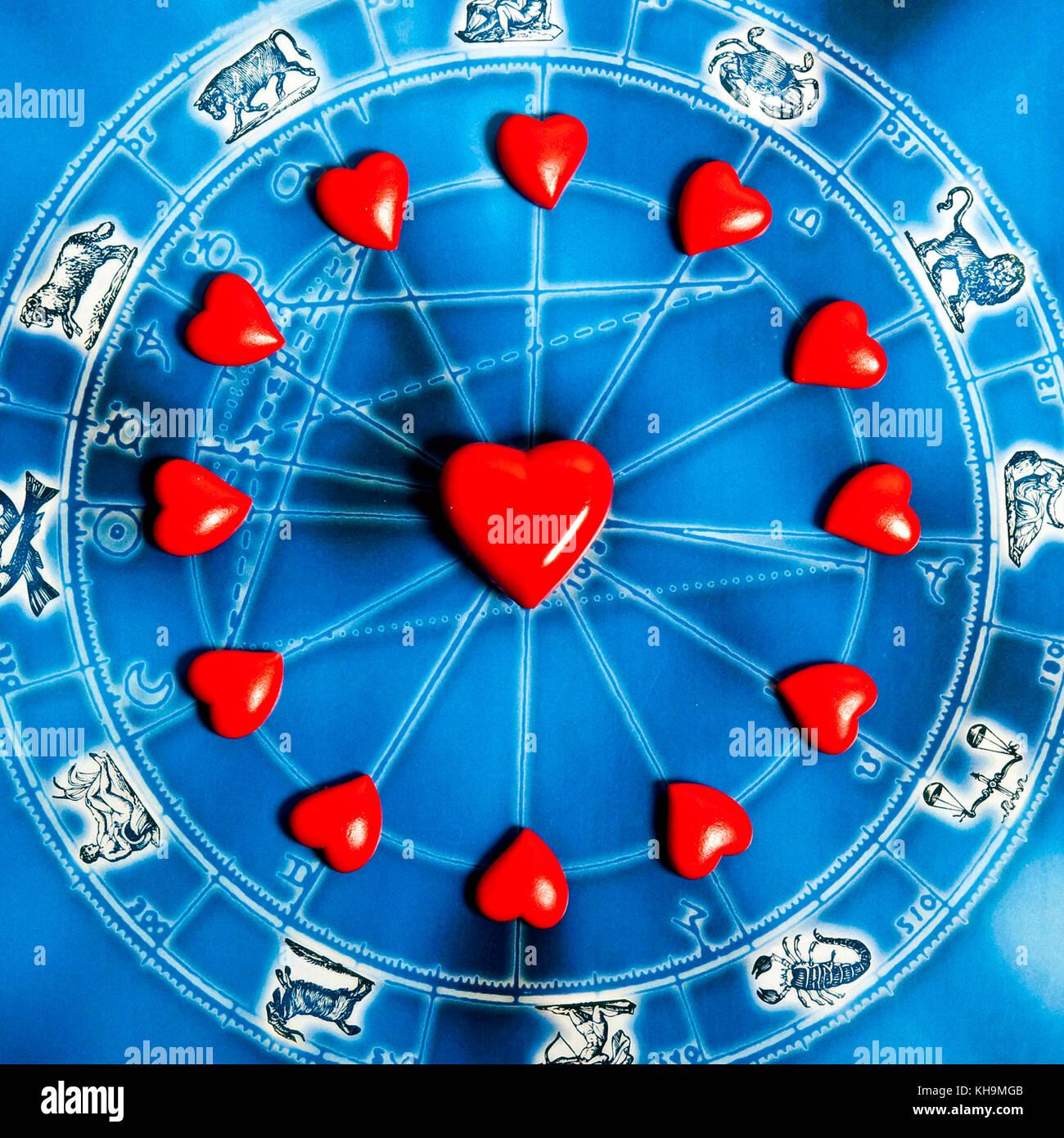 Carta Astral con todos los signos del zodíaco y los corazones, amor a la astrología concepto Foto de stock