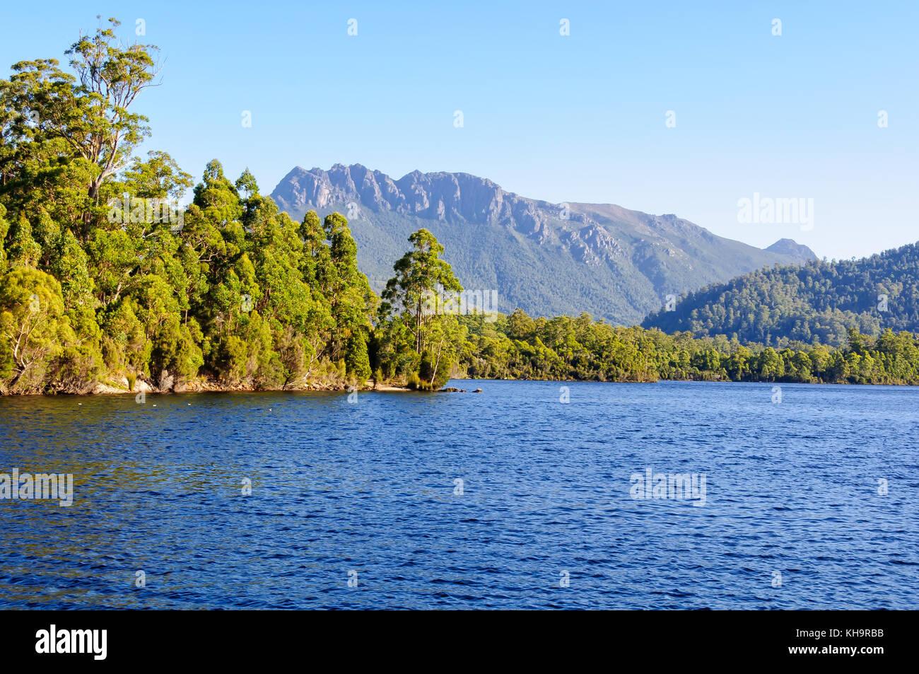 Lago rosebery es un depósito hecho por el hombre en la región de la costa oeste de Tasmania, Australia Foto de stock