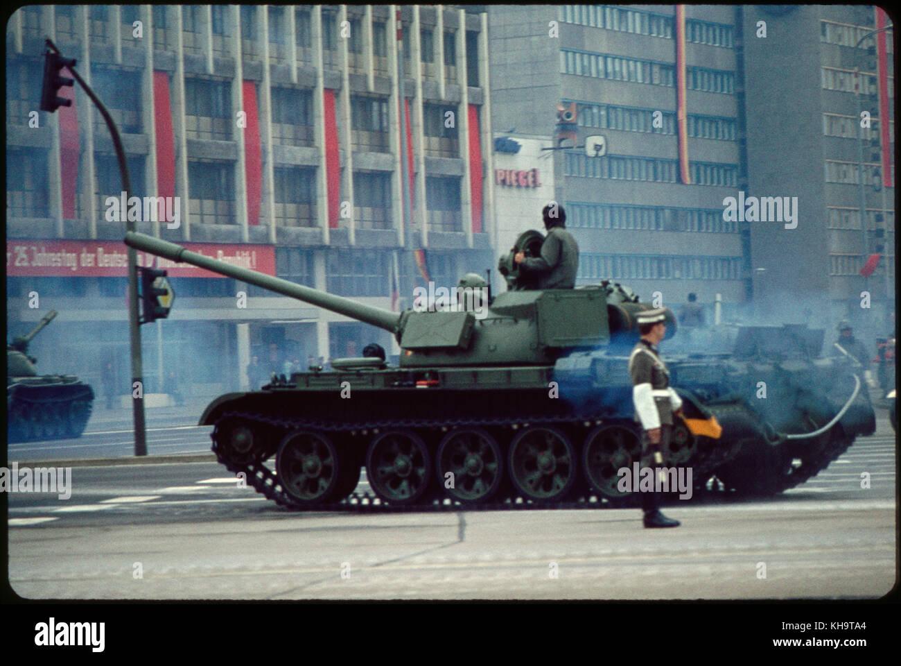 Depósito, May Day Parade, Berlín oriental, República Democrática Alemana, el 1 de mayo, 1974 Imagen De Stock