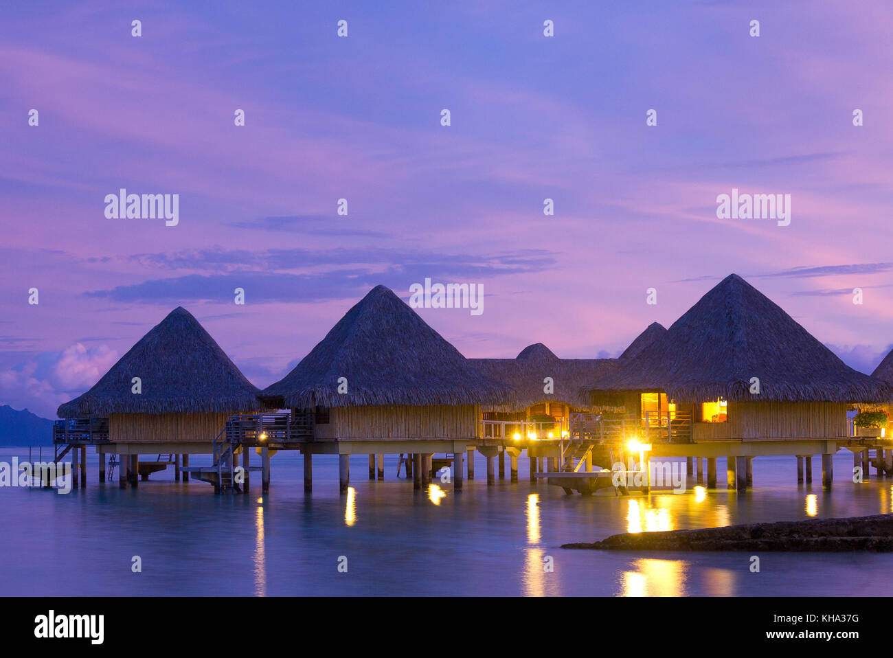 Bora Bora bungalows con cielo nocturno Foto de stock