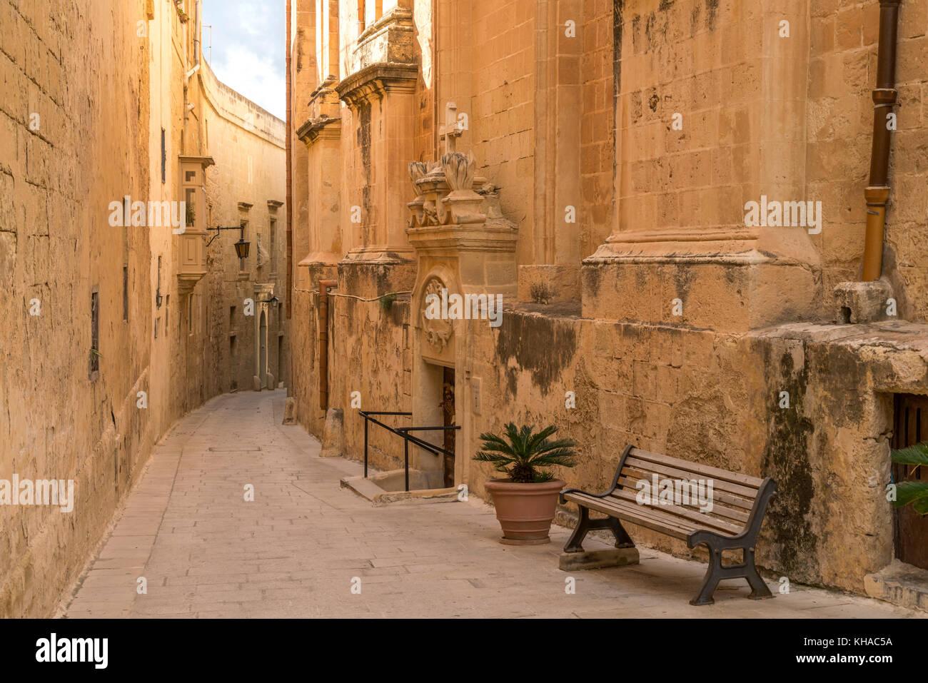 Callejuela entre las viejas casas, Mdina, malta Imagen De Stock