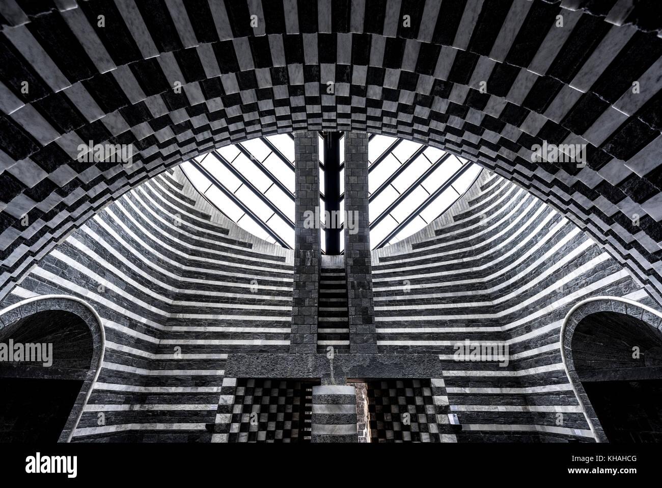 Moderno interior de la capilla de San Giovanni Battista chiesa, arquitecto Mario Botta, mogno, lavizzara, Tesino, Suiza Foto de stock