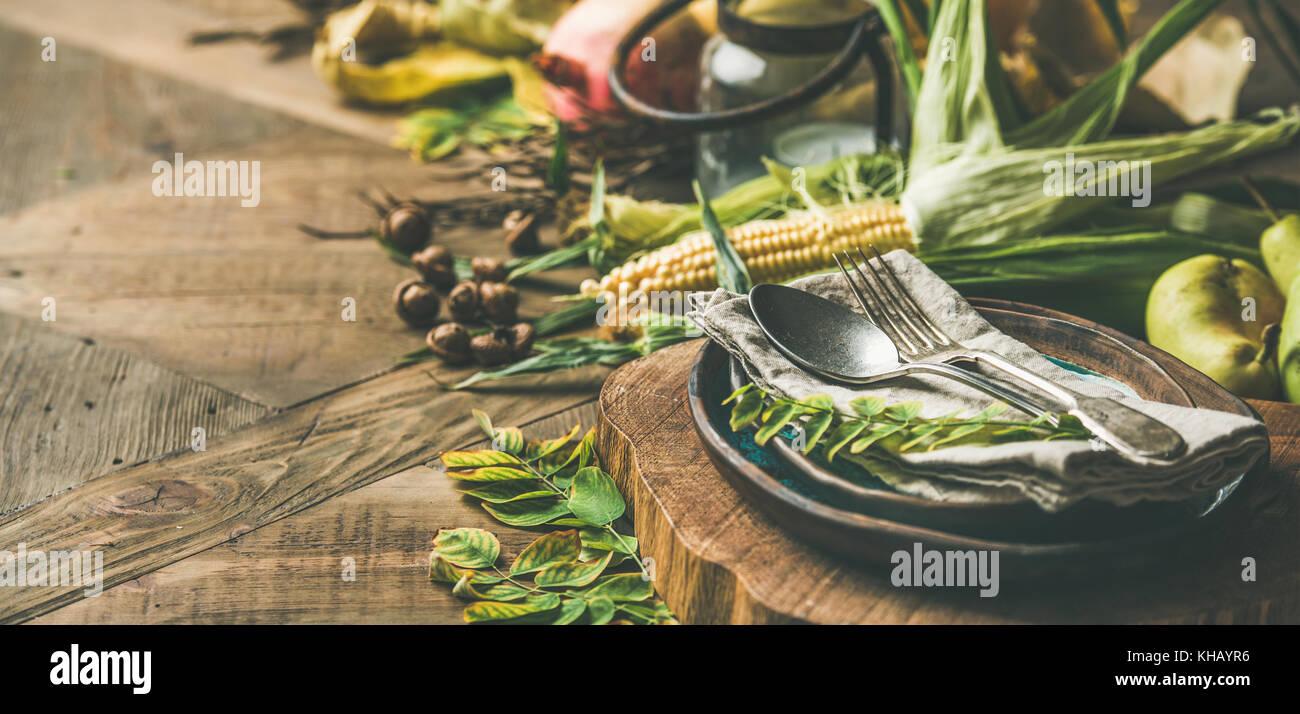 Ajuste de la tabla caída con los alimentos de temporada para la celebración del día de acción Imagen De Stock