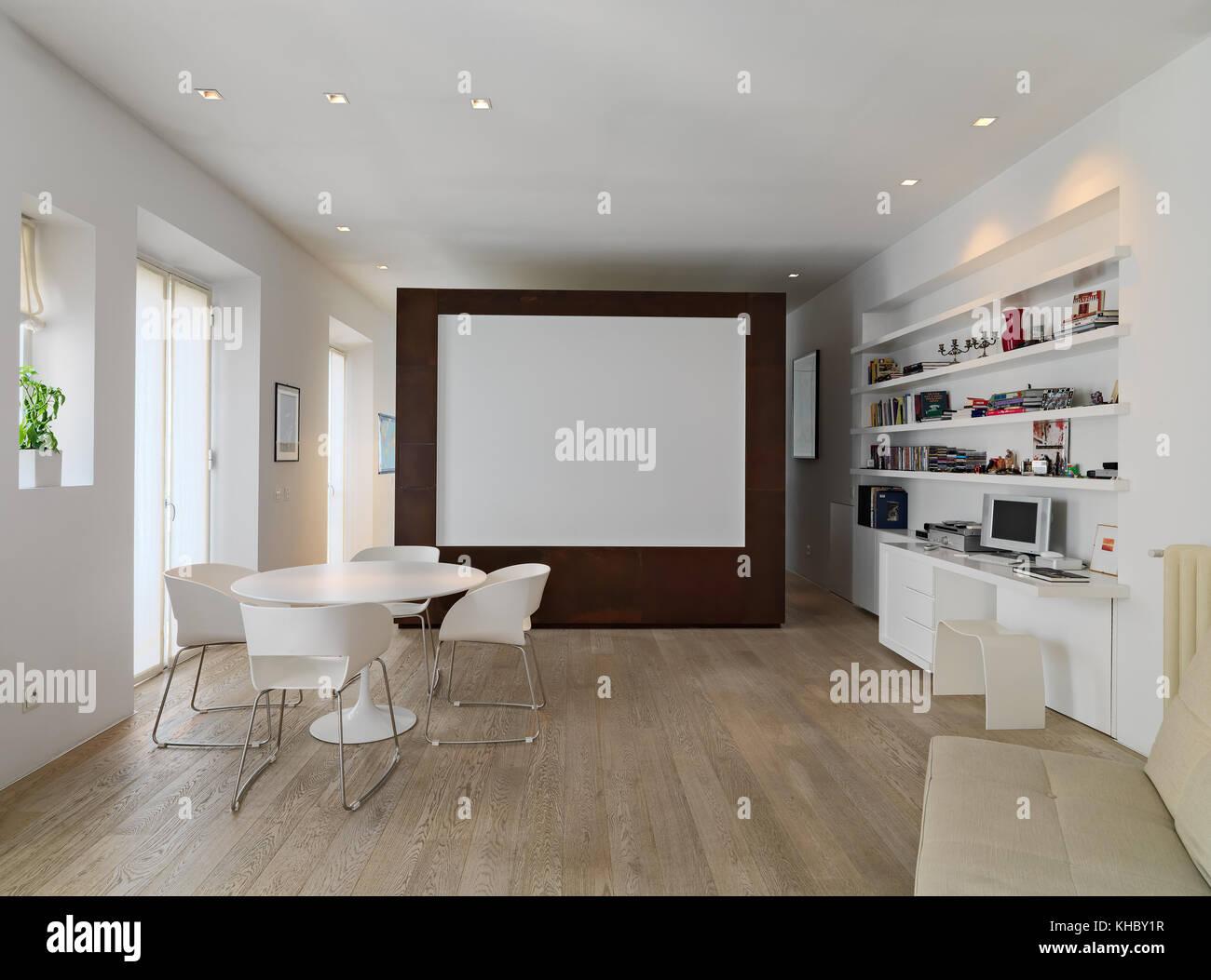 Fotograf as de interiores de una moderna sala de estar en for Mesa de comedor en la sala de estar