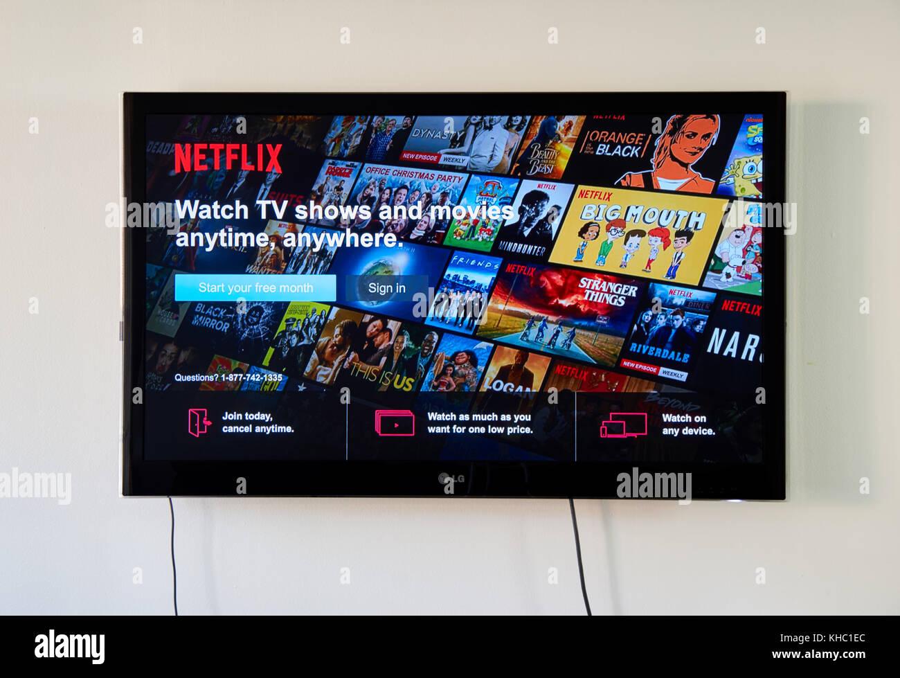 Montreal, Canadá - 15 de noviembre de 2017: signo de Netflix y acceso gratuito página en tv lg. Netflix Imagen De Stock