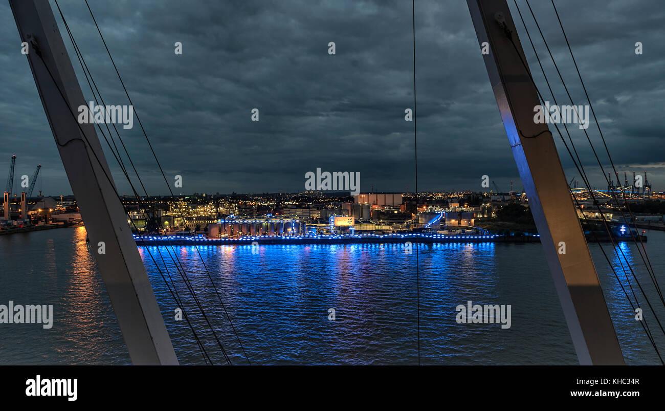 Die silos der firma sasol im hamburger hafen umrahmt von der beleuchtung des puerto azul 2017. im wasser der Elbe Imagen De Stock