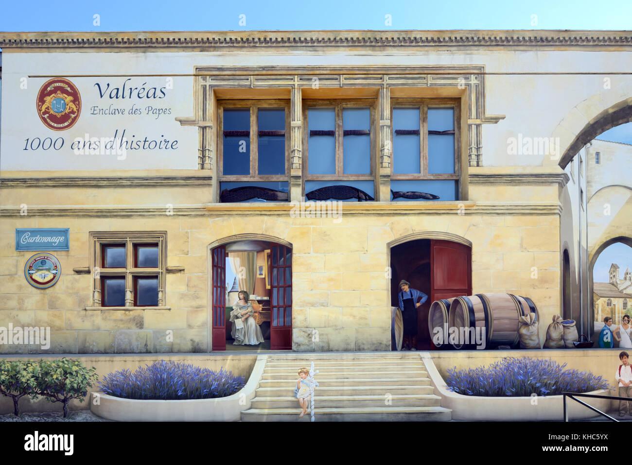 Trompe l'oeil de pintura mural, el antiguo edificio de la estación de ferrocarril, mostrando barriles de Imagen De Stock