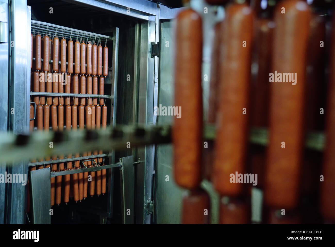 Salchicha ahumada en el smokehouse Imagen De Stock