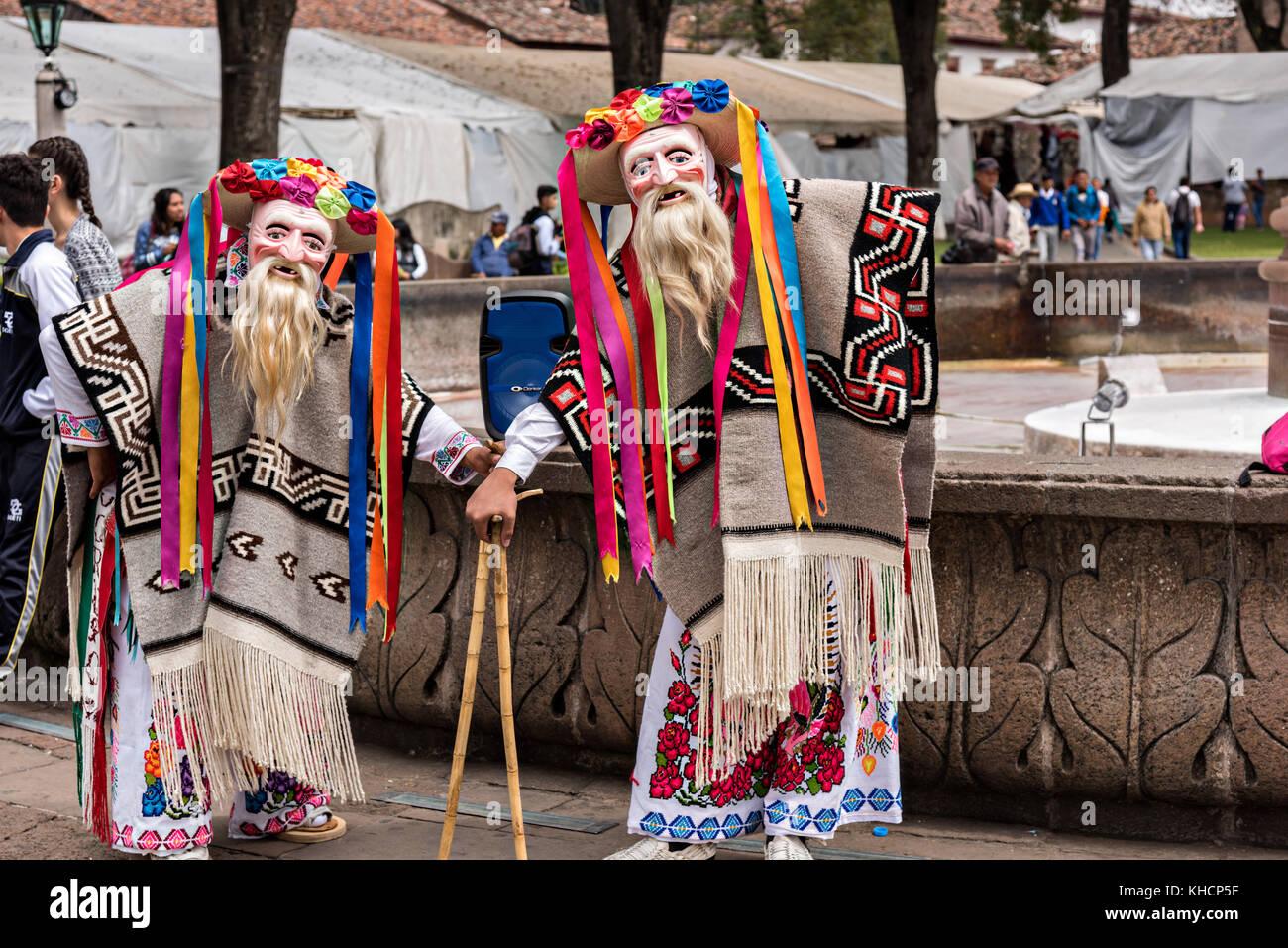 Las murgas de dos artistas vestidos para la danza de los viejitos o danza de los hombres poco viejo plantean durante Imagen De Stock