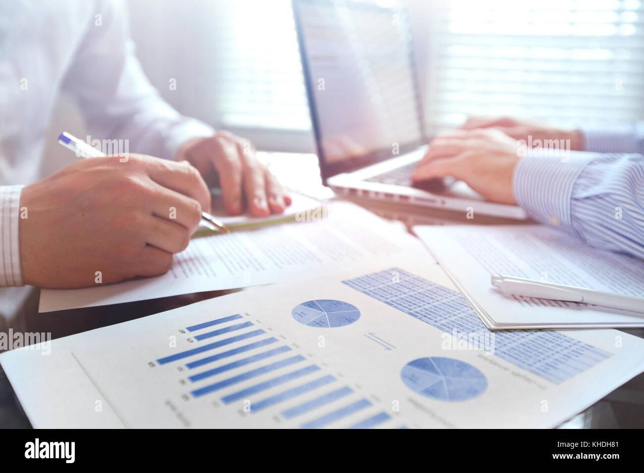 Equipo empresarial trabajar con gráficos en la oficina Imagen De Stock
