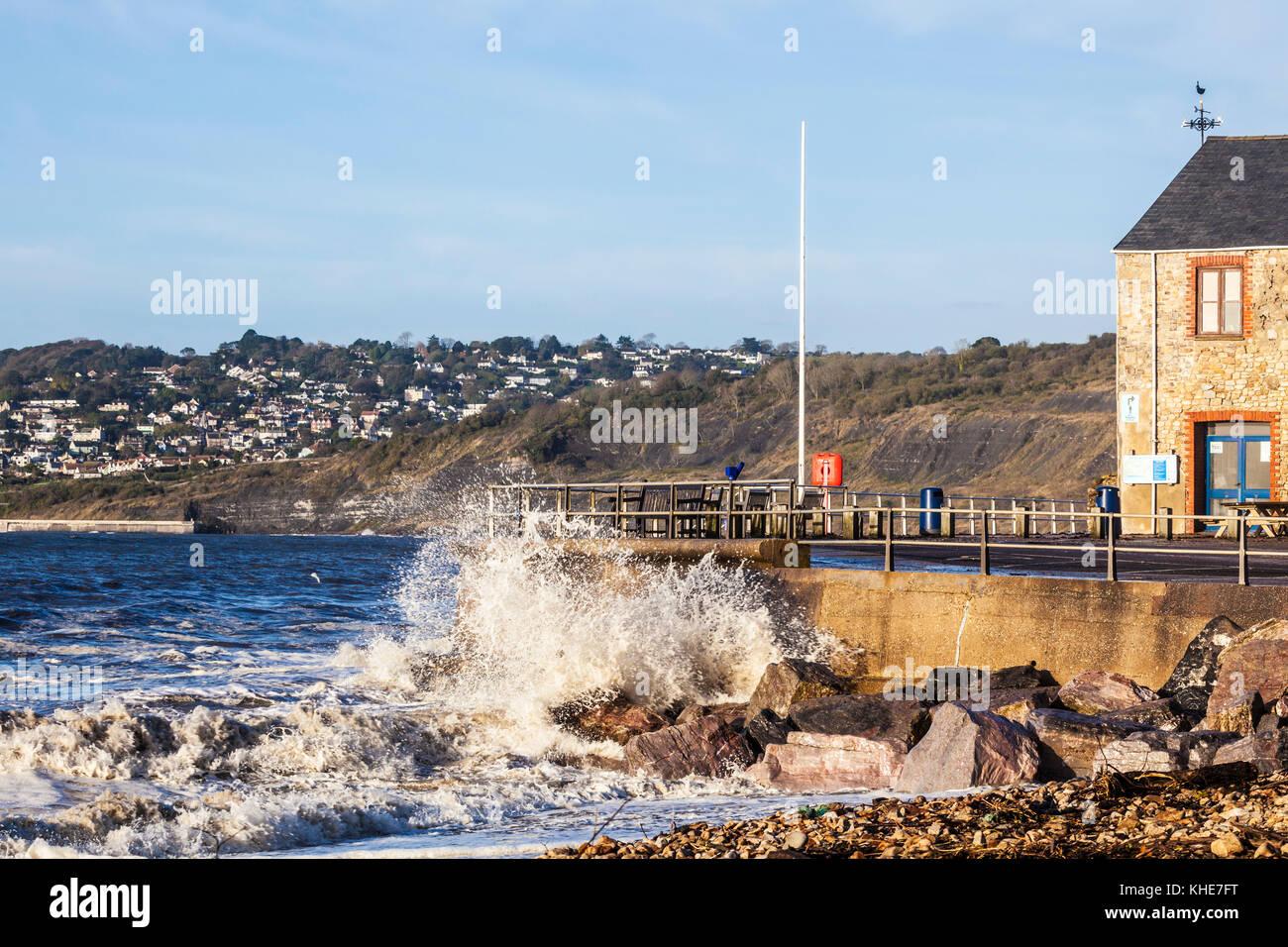 Las olas rompiendo contra el muelle en Charmouth en Dorset. Imagen De Stock