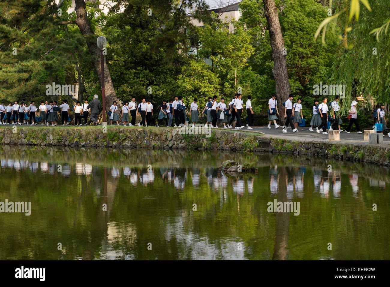 Nara, Japón - Mayo 30, 2017: grupos de estudiantes japoneses caminando por la sarusawa-ike, estanque Sarusawa Imagen De Stock