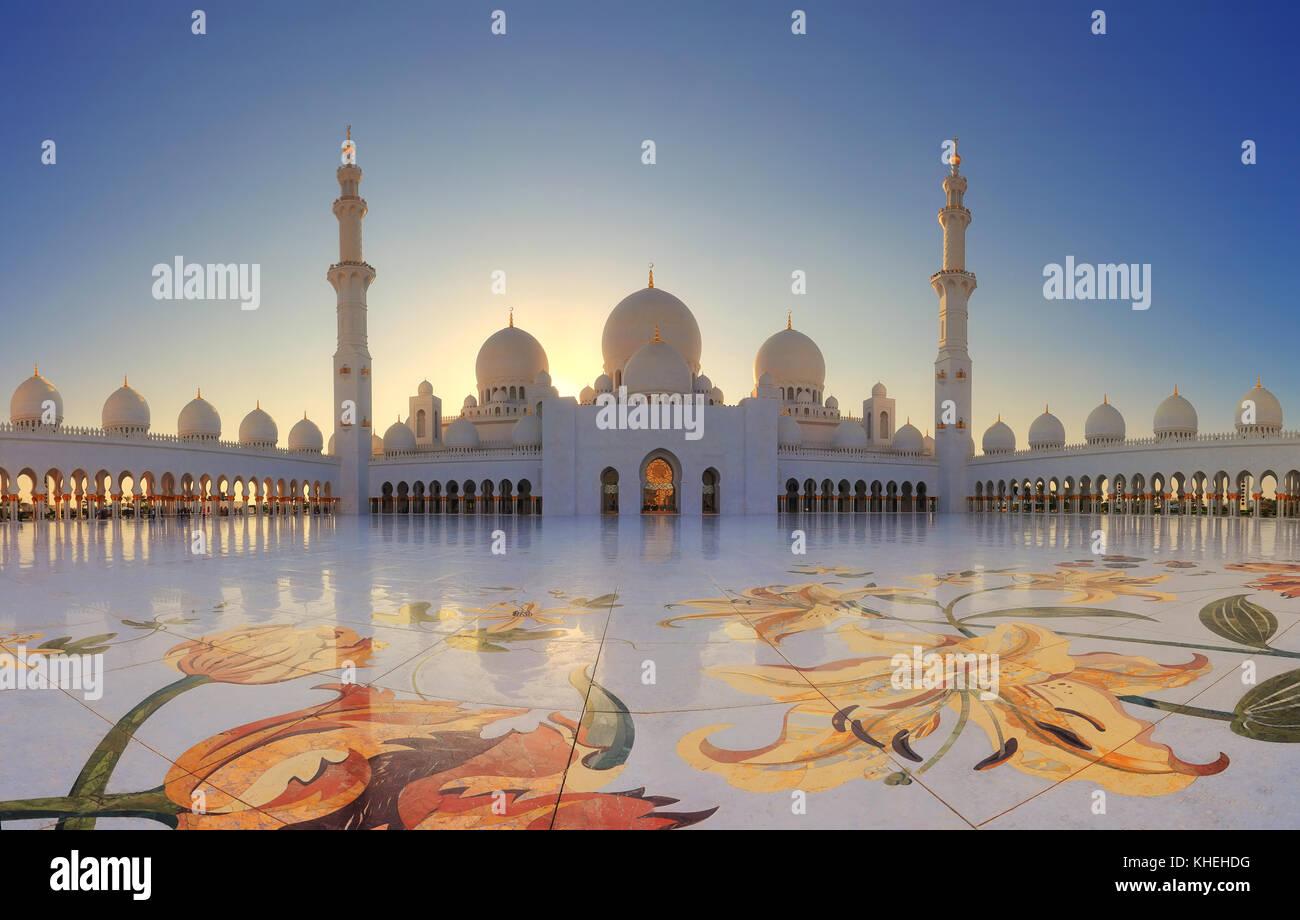 Gran mezquita de Abu Dhabi en la noche. panorama de exterior de la mezquita de Sheikh Zayed Imagen De Stock