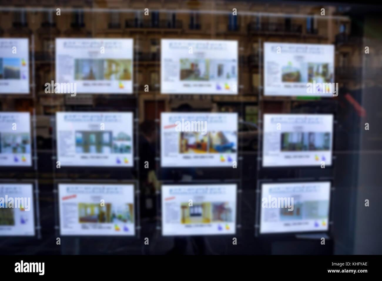 Anuncios inmobiliarios borrosa en la pared en la calle Imagen De Stock