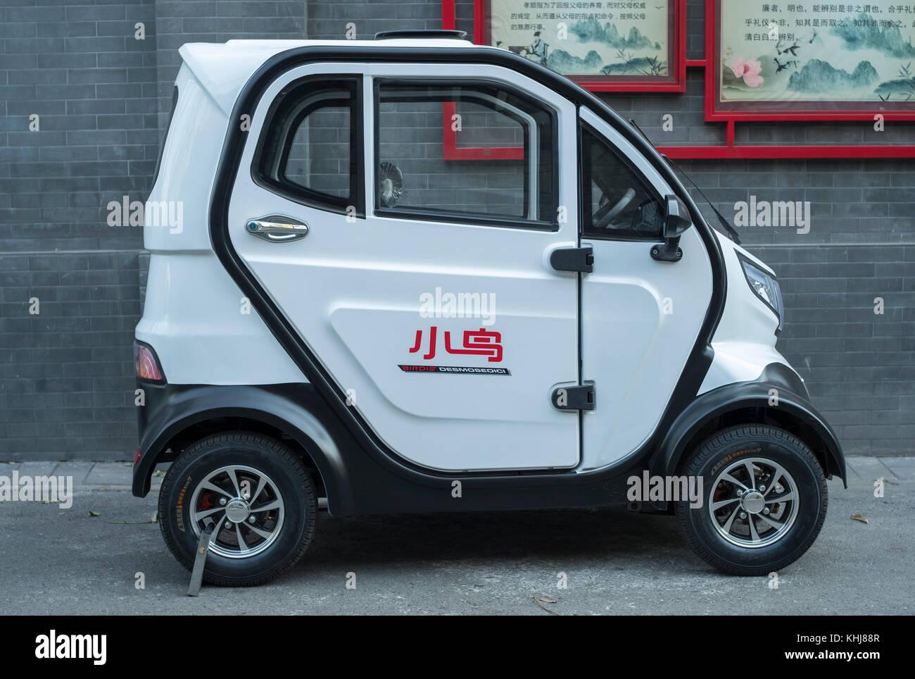 Mini coche eléctrico sin licencia es visto en Beijing, China. Imagen De Stock